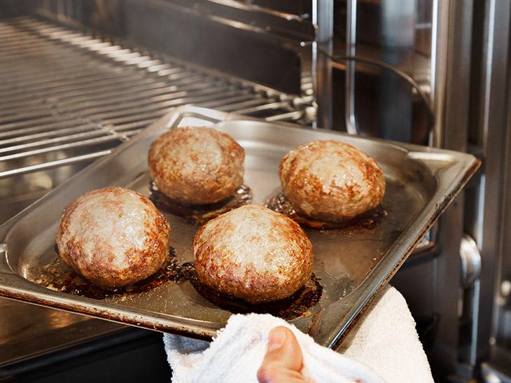 スチームコンベクションオーブンから焼きあがったハンバーグは、ふっくらと肉汁たっぷり!