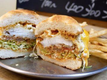 築地場外で絶品のフィッシュバーガーが食べられる角打ち店「築地 魚政」が魅力的!