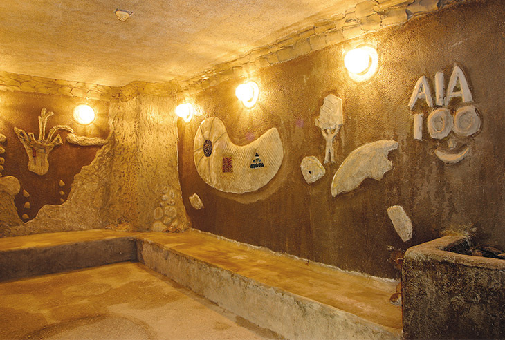 縄文時代をイメージした空間で、独特の安らぎを感じる「海底洞窟蒸し風呂」(女湯)