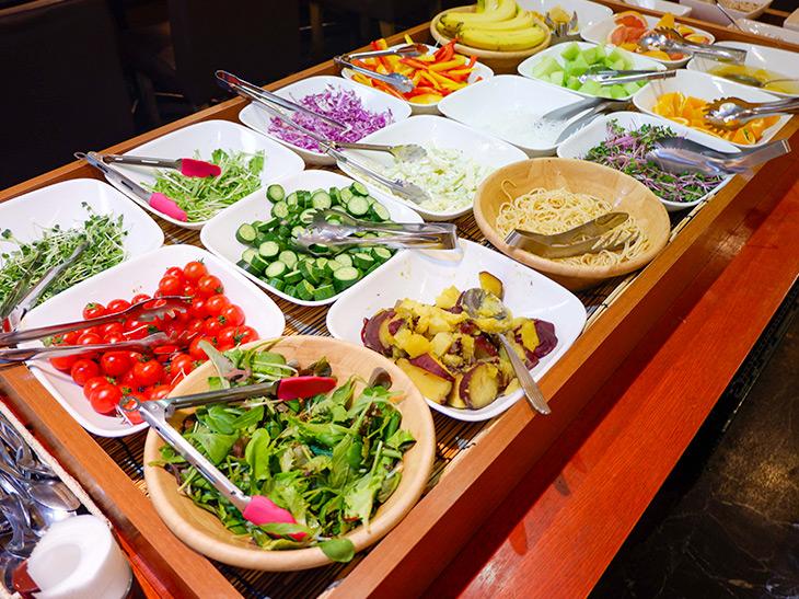 サラダバーでは新鮮な野菜やフルーツを堪能できます