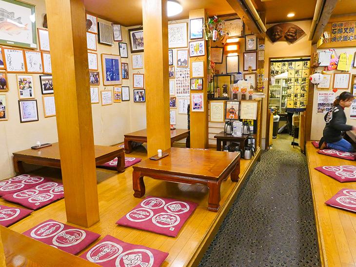 店内は小上がりの座敷席。壁にはここを訪れた有名人の色紙が貼られている