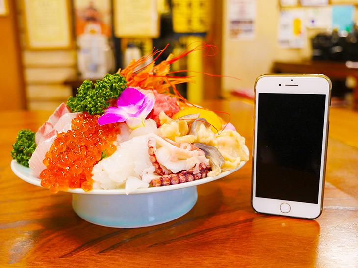 「メガ海鮮丼」2300円。ゴハンは見えないほどネタで山盛り! 高さ約16cm