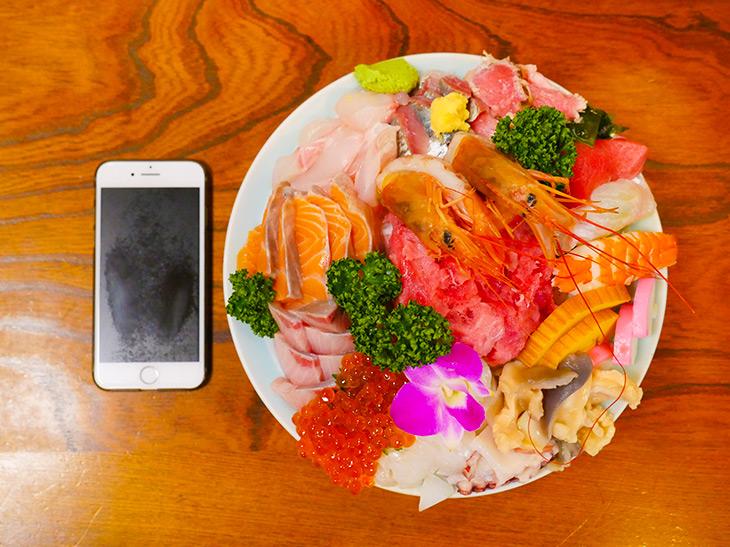 上から見たメガ海鮮丼。中央にマグロの中落ち、囲むように様々な魚介類が。華やか!