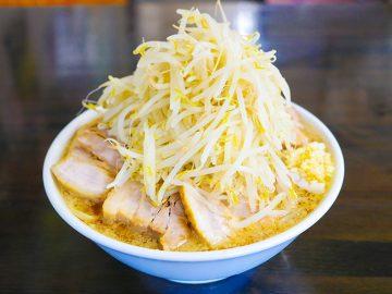 ヤサイ増しがセルフの1.8kg超え! 横浜『やらかし亭』の「大ダブル」を食べてきた
