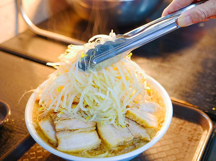 ヤサイを盛るとスープが溢れそう! でも限界まで山盛りにはしてみたい。果たして…