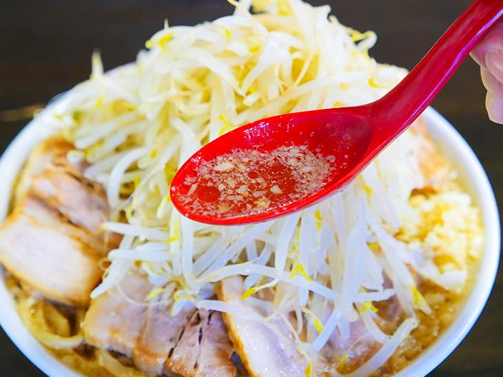 豚骨醤油のスープは背脂もたっぷり。最初は透明感が、後半は濃厚まったり味に