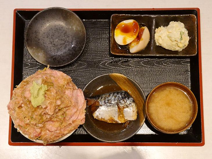 「ねぎとろ番長マリンタワー」1650円。上から見たら高さがわかりにくいですが山盛り。鯖の煮付け、味噌汁、小鉢料理2種が付いてくる