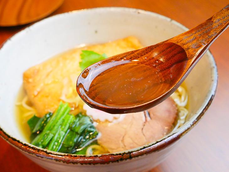 丼の底を見通せるほどに澄んだスープ。ほのかに感じる魚介の香りが心地よい