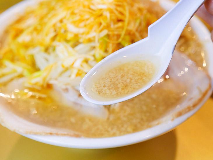 スープは最初透明な中に背脂の粒が。後半になると、まったり白濁化。濃厚でうまい~