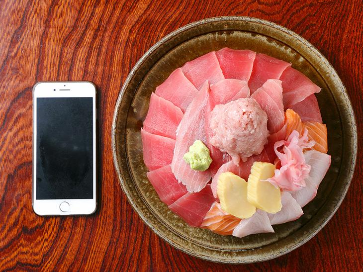 真上から見た大盛り2倍の三色丼1980円。マグロの切り身の美しさ! 華やかさ!!