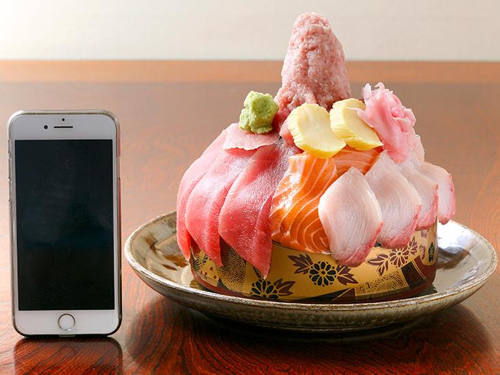 高さは約18cm。酢飯と一緒に味わうなら、お皿に一度切り身を移動させてから