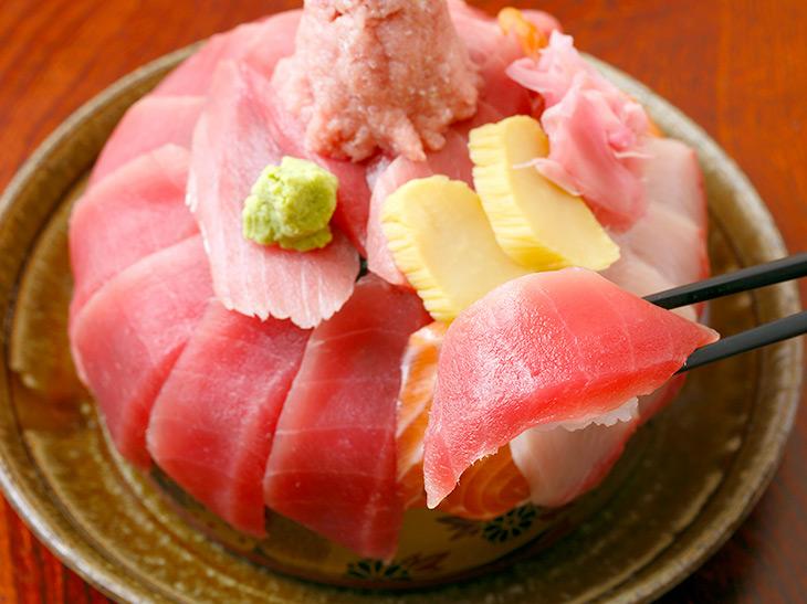 酢飯とともに一口! 刺身自体の美味しさ、酢飯のうまさに悶絶!