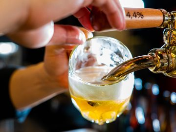 50種のクラフトビールと燻製料理が味わえる『赤羽HAZE』の魅力とは?