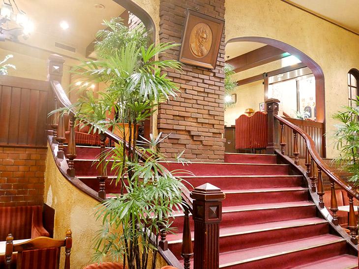 2つのフロアをつなぐ大階段