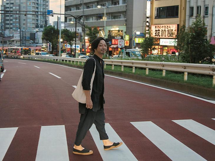 案内人・齊藤 輝彦さん/奥渋谷のなかでも、立ち寄りたいスポットNo.1といっても過言ではないナチュラルワインバー『アヒルストア』を営む。ごくフツーの日常を独特の目線で切り取ったインスタ投稿も人気の、永遠のガラスの少年風42歳