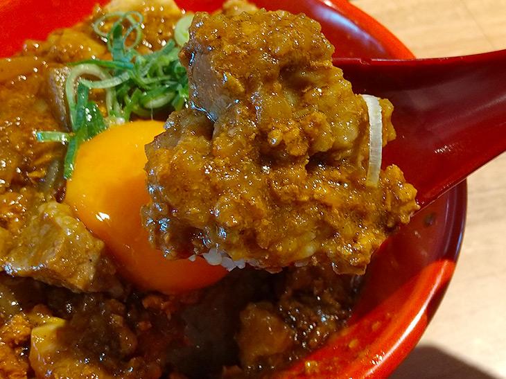 「カレー」肉めし 690円、アタマ大盛 790円、生玉子つき 750円