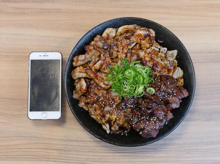 「肉1キロ丼 3.5ポンド肉激情丼(米特盛)」2500円。他にスープ、ナムルがつく。器の直径は25cm