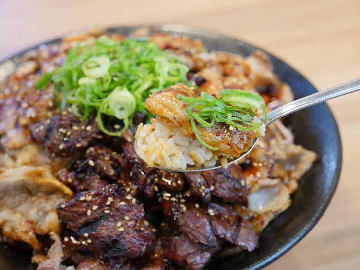 ネギやゴマが程よいアクセントとなって肉とご飯をさらに美味しく感じさせてくれる