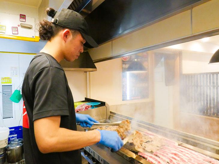 4種類の肉の焼き加減を瞬時に判断してトングとハサミで焼き上げる。すごいっ!