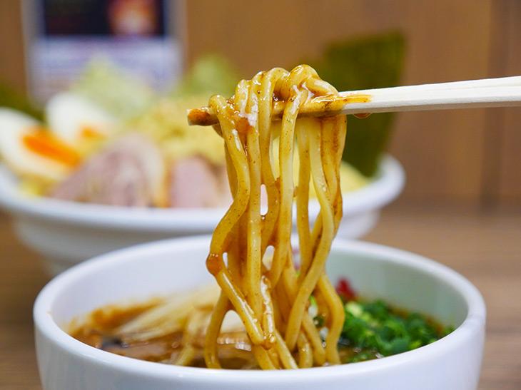 麺にとろ~りからむ味噌つけ汁。箸で持ち上げた時に重量感あります。まさに濃厚つけ汁