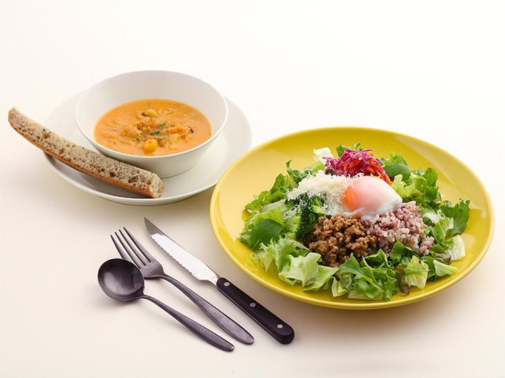 1280円(税抜)。写真のメインディッシュは「自家製ひき肉と半熟卵のサラダ」