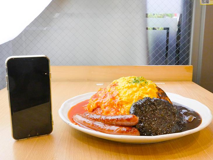 高さは約10cm。直径28cmの皿に盛り付けられている。ハンバーグにソーセージもついて、贅沢な一皿に