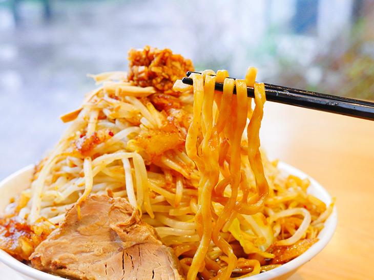 中太の、ちょっと縮れた平打ち麺は存在感たっぷり。岩手の製麺所で作らせている