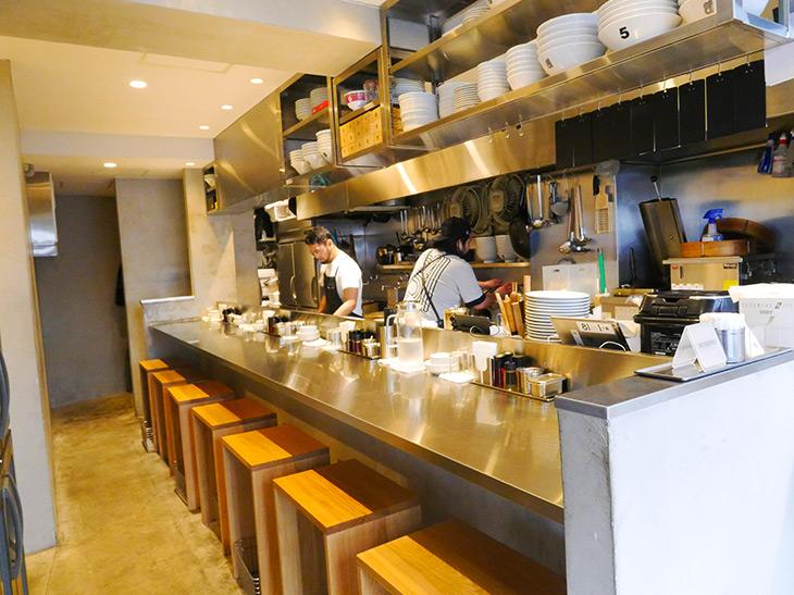 オープンキッチンに面したカウンター席。「麺の美味しさを味わってください」(ペドロことスタッフのユタカさん)