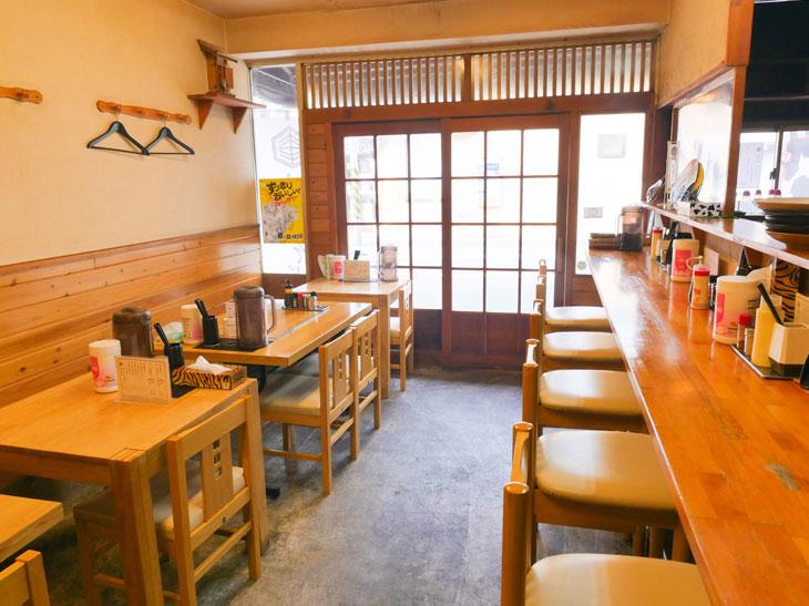 店内はテーブル席とカウンター席。女将一人で調理、接客など全てを賄う