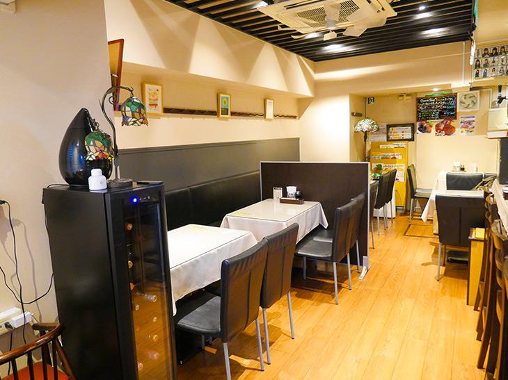 モノトーンを基調とした店内。カウンターとテーブル席があり、カジュアルながらも落ち着いた雰囲気