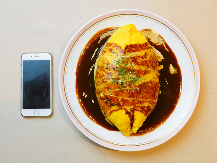 「オムライス(LL)」自家製デミグラスソース1630円。お皿の直径は30.5cm