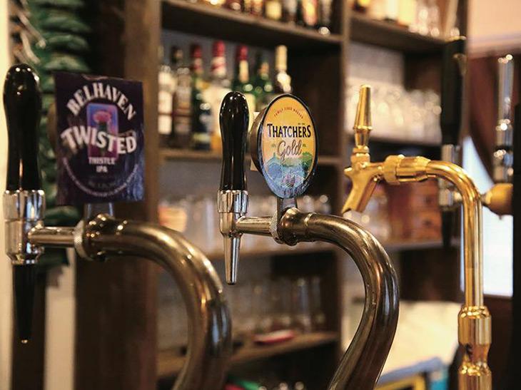 お酒は生ビールとブリティッシュサイダー、そしてゲストビールが2種類。パイントとミディアムから選べる