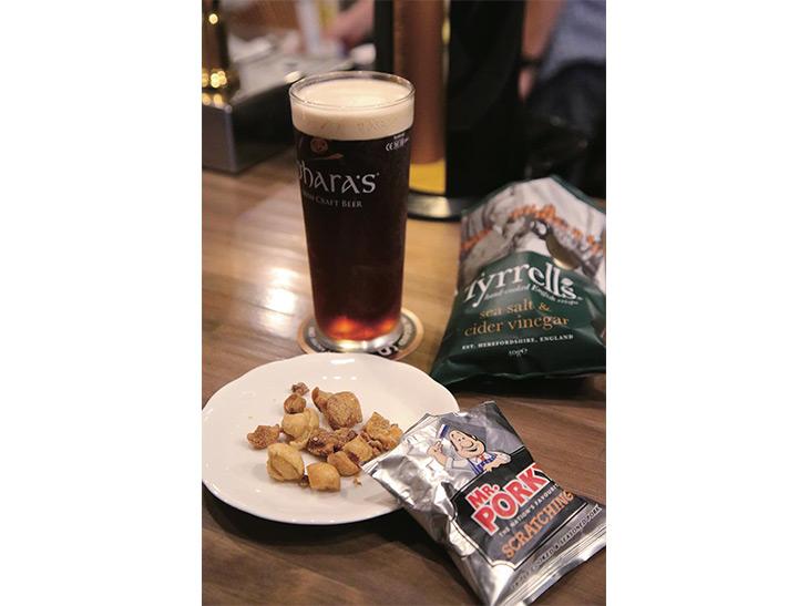 ゲストビールの「オハラズ アイリッシュレッド」1300円(パイント)を「ポーク・スクラッチング」350円と