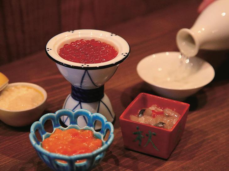 可愛らしい器に酒肴がずらり! 左の「凝乳帆立(クリームホタテ)」は一番人気。「赤ホヤの塩辛」、「切込み」など珍味はどれも800円~、「鱒のスジコ」600円