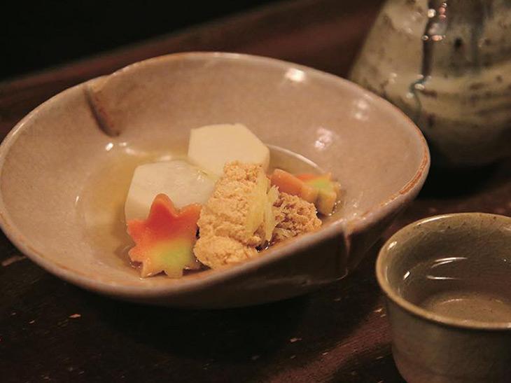 「里芋と鱈の子煮」880円は富田さんセレクト、福島の「天明」グラス(約90ミリ)580円とともに