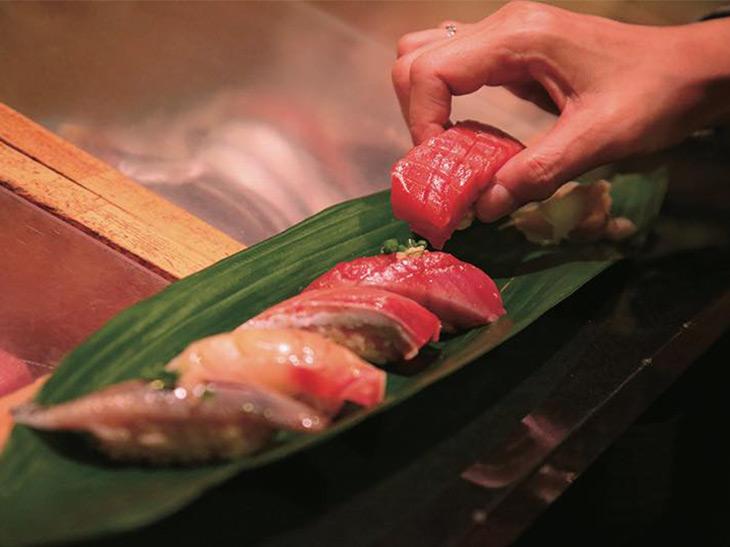 右から中トロ、かつお、ぶり、金時鯛、いわし。握りは破格の100円~