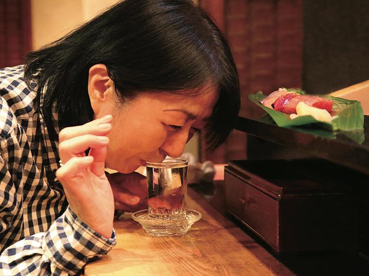 2~3貫だけのつもりがついつい…「阿櫻」1000円を手に思わず頬を緩ませる