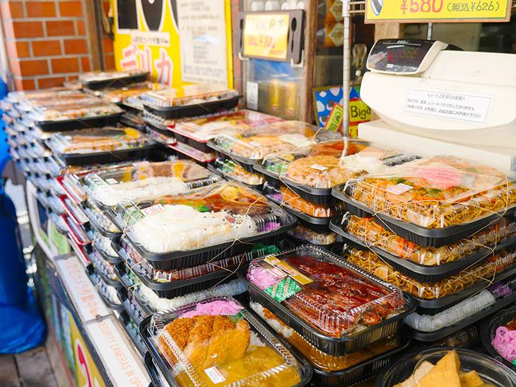 ずらっと並ぶお弁当とお惣菜。和洋中いろんなお弁当があり、うなぎ以外は税別250~680円