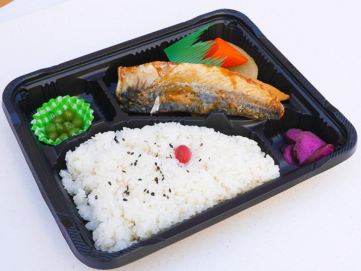 「鯖の味噌煮弁当」270円。鯖味噌の他に、大根や人参、厚揚げなどの煮物、お漬物も