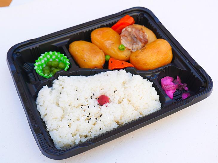 """人気の高い「肉じゃが弁当」270円。ほんのり甘さを感じる""""お袋の味"""""""