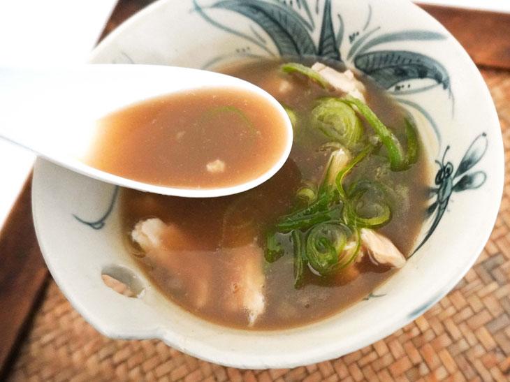 ほぐしたサラダチキンを入れてスープを温め、ネギをトッピング