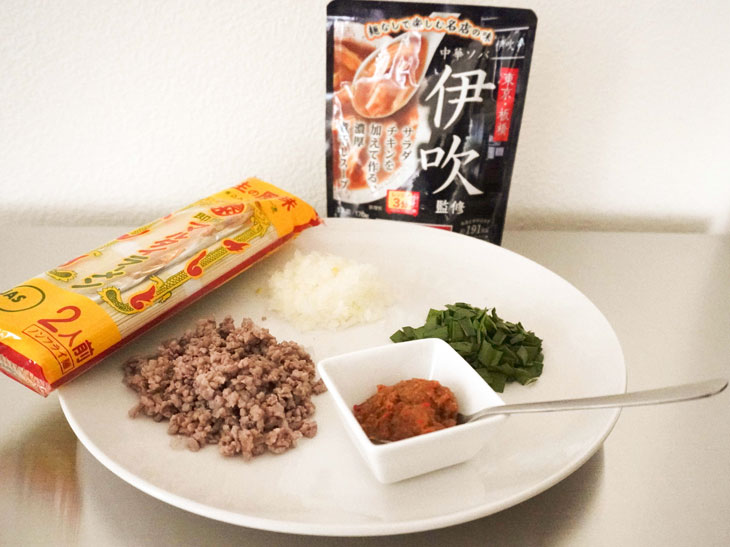 材料は「マルタイラーメン」とタマネギ、ニラ、合挽き肉、四川豆板醤