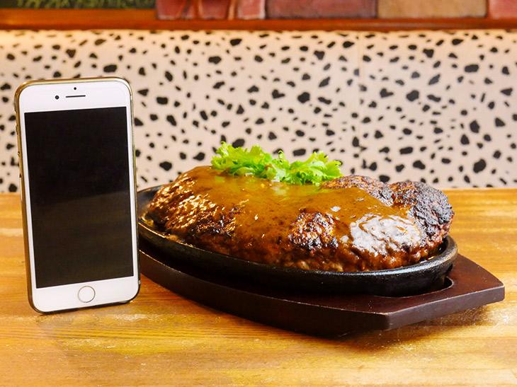 厚みは約4cm。なのでナイフを入れると中からたっぷり肉汁が。しかも鉄板で熱々!