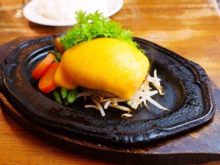 「チェダーチーズハンバーグ」200g1130円。厚めにカットされたチーズの量がリッチな味わいに