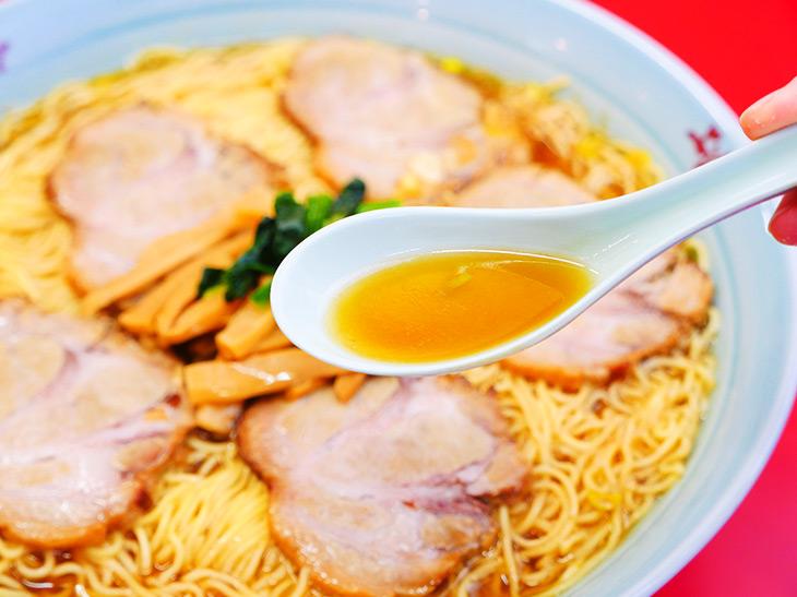 スープは透明感のある鶏ガラスープ。すっきりした美味しさが細麺と合う!