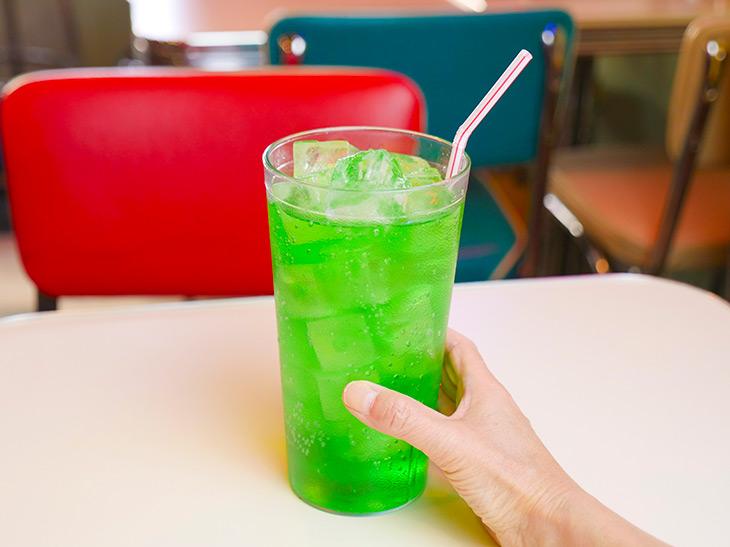 飲みごたえ充分な「メガサイズメロンソーダ」400円。1杯871g(コップの重さを除く)