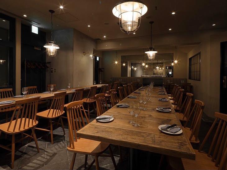シンプルで洗練された心地異空間。店内は長テーブルが2脚、38席