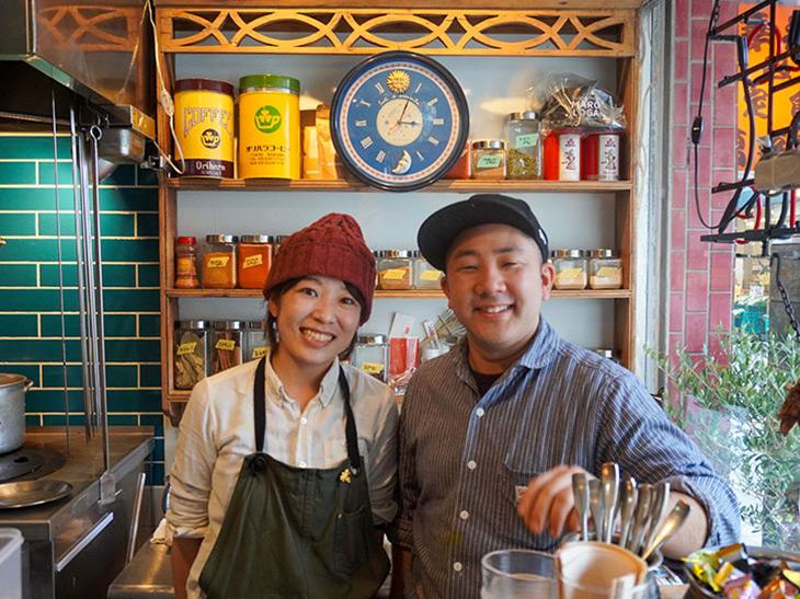 お店で料理を振る舞う礒邊和敬さんと麻由さん