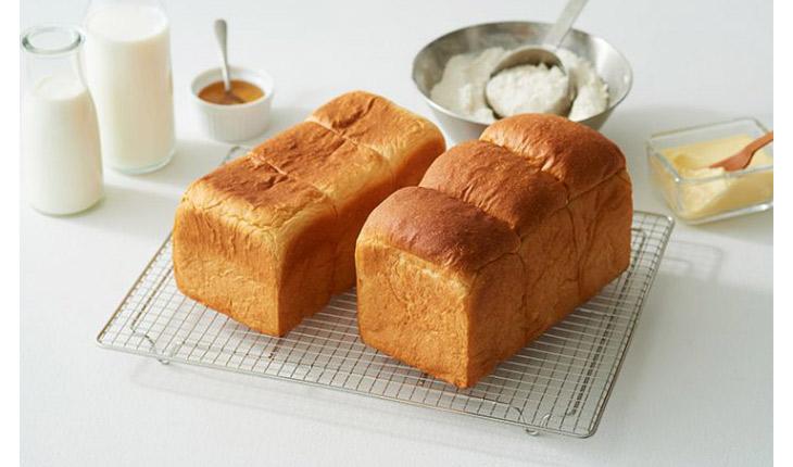 左が「東京みるく食パン」1斤800円(税別)、右が「牛乳屋さんのおいしい食パン」600円
