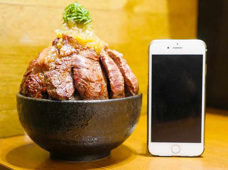 「特製ステーキ丼」990円。スープ付き。1日5食限定の即完売メニュー。やっと出会えた~!